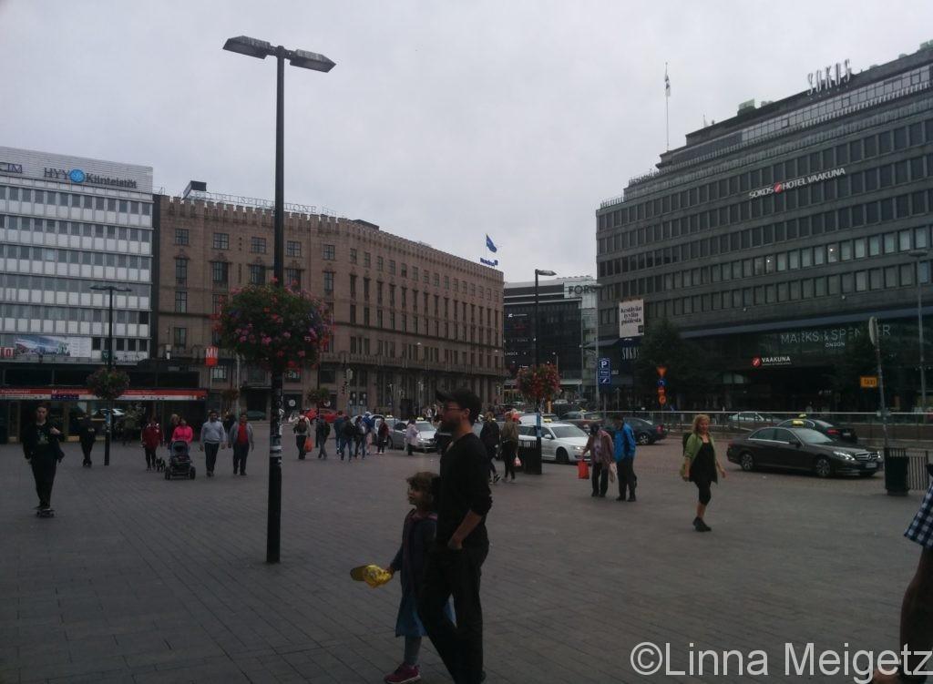 ヘルシンキ中央駅から出てすぐに撮った写真。駅西口