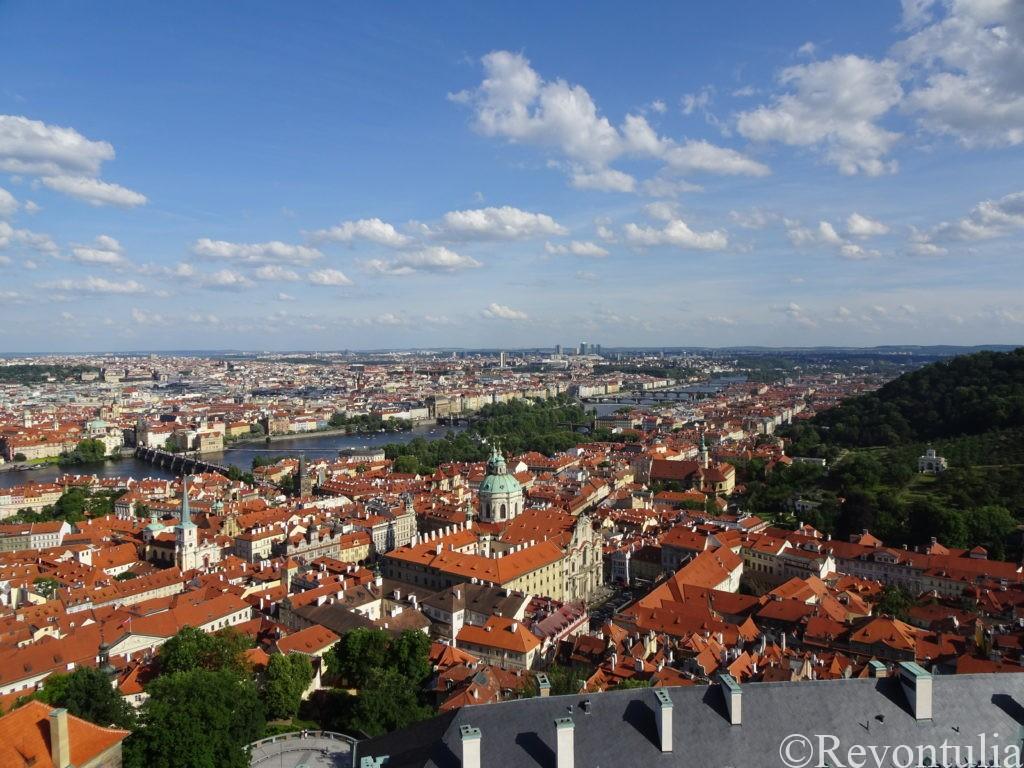 聖ヴィート大聖堂の尖塔から見たプラハ