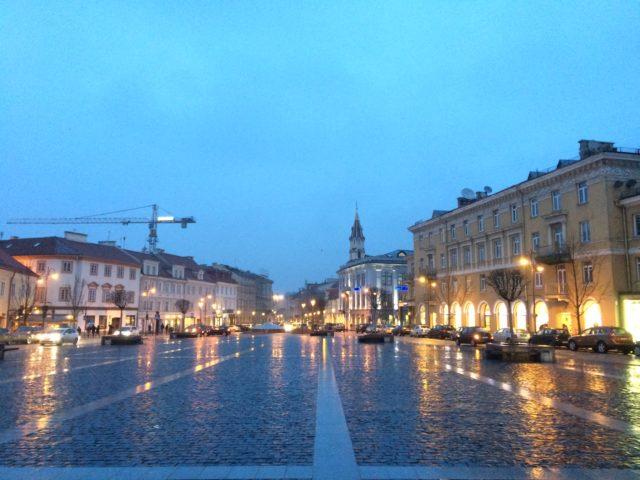 夜のヴィリニュス旧市街の中心