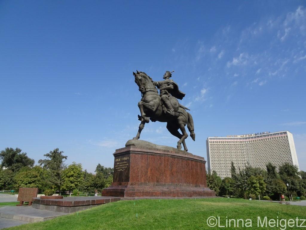 ホテルウズベキスタンをバックにティムール像