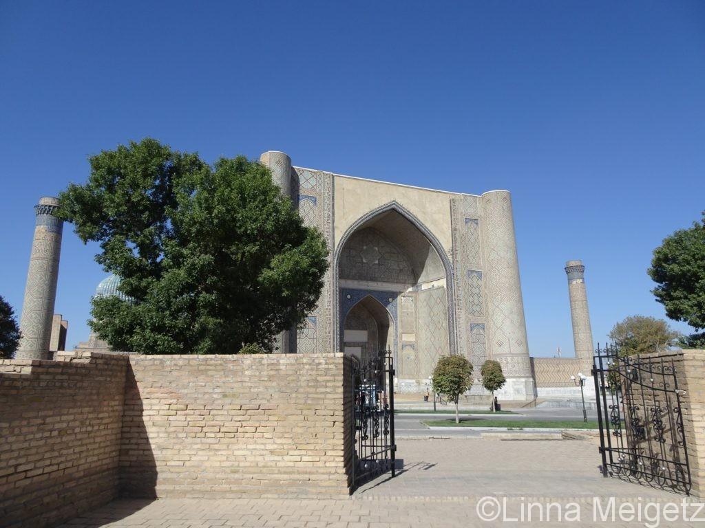 青空の下のビビハニム・モスク