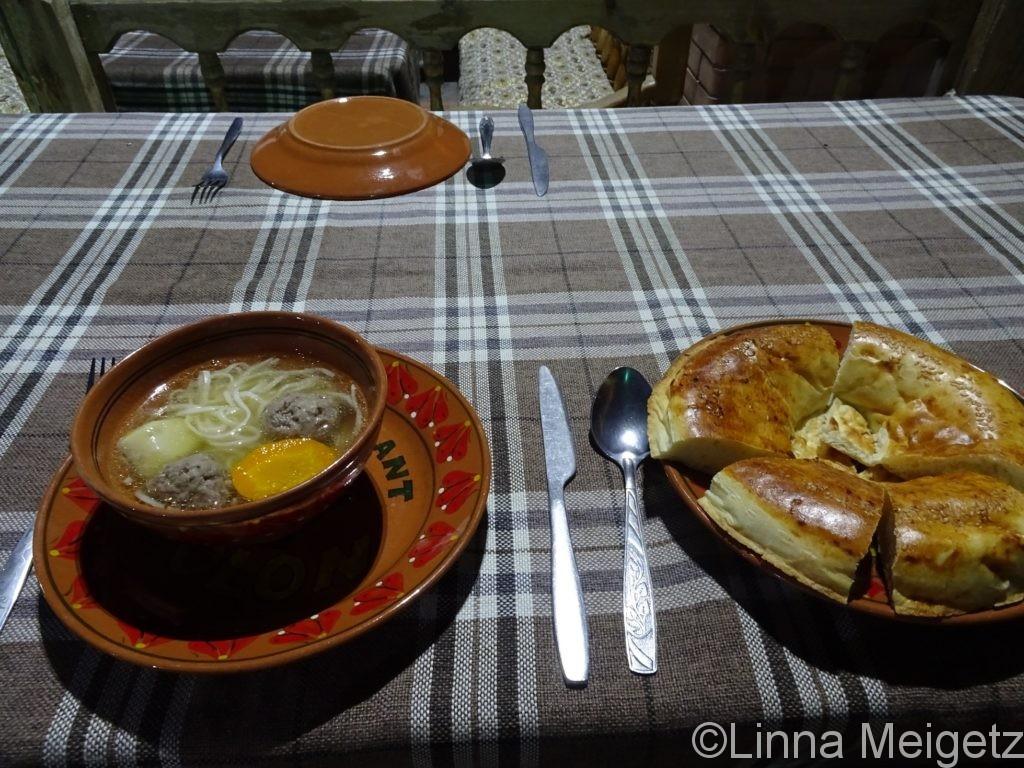 ミートボールと麺のスープとナン