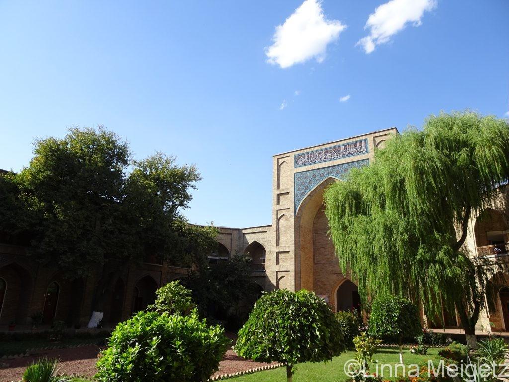クカルデシュ・マドラサの中庭。緑が多い