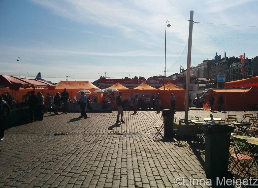 晴れた日のヘルシンキのマーケット広場の写真