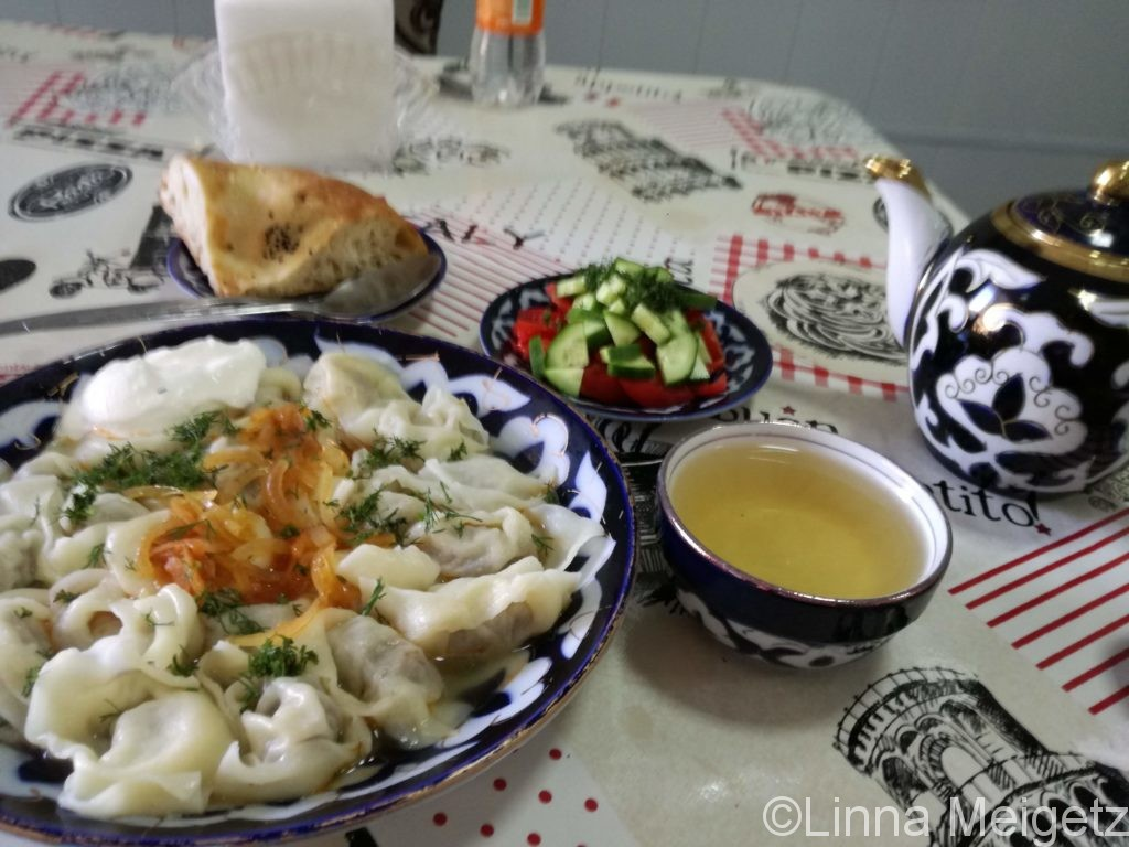 ペリメニとサラダとナンと緑茶