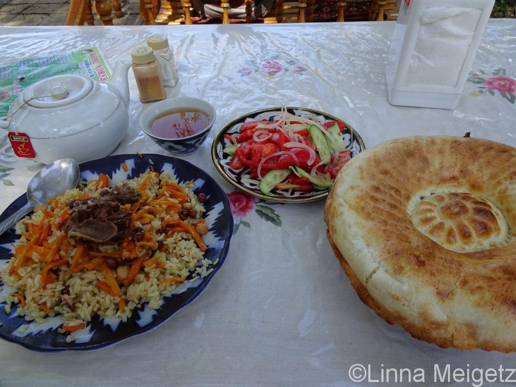 ボロハウズ・チャイハナで食べたプロフとサラダとナン。ブハラにて