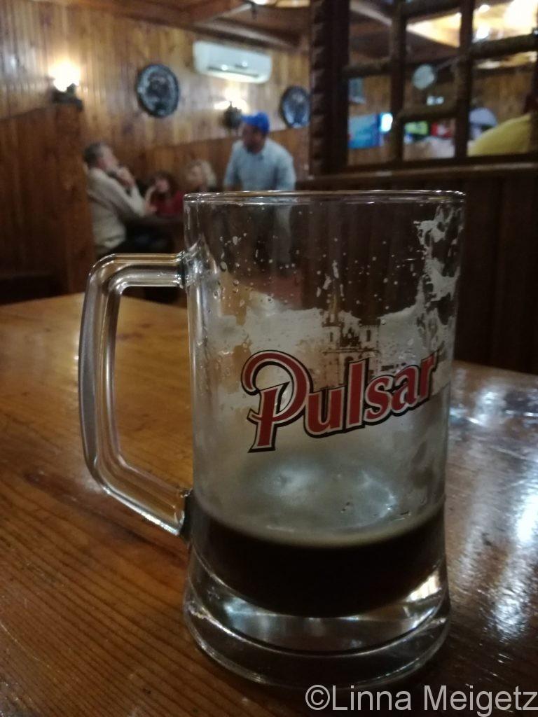 醸造所の隣のパブレストランで飲んだPulsarの黒ビール