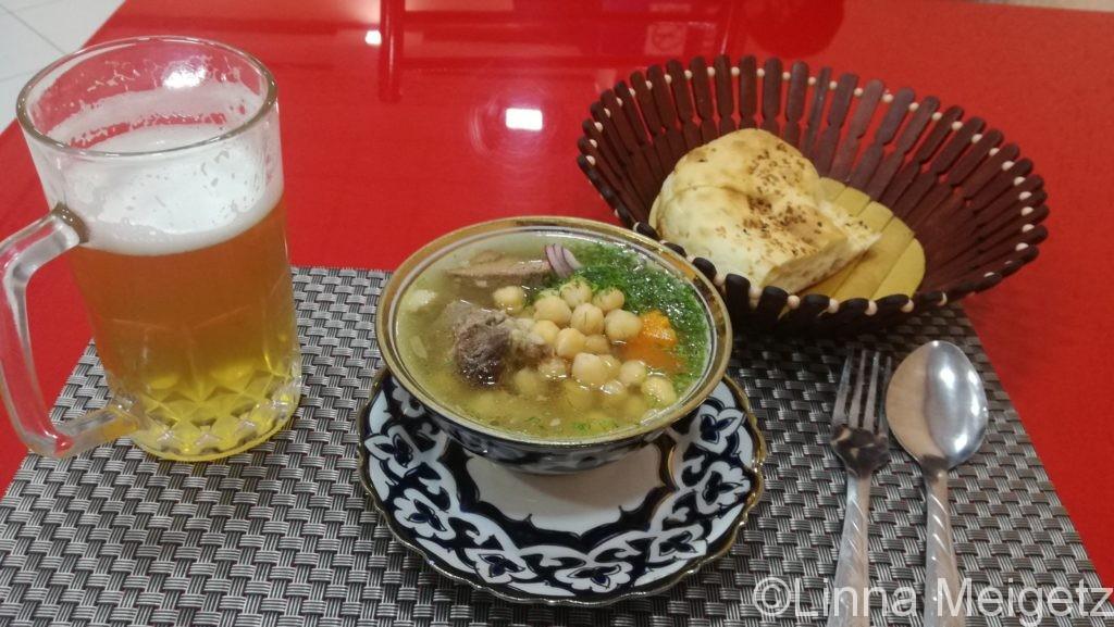 サマルカンドでの最初のディナー。豆のスープとビールとパン
