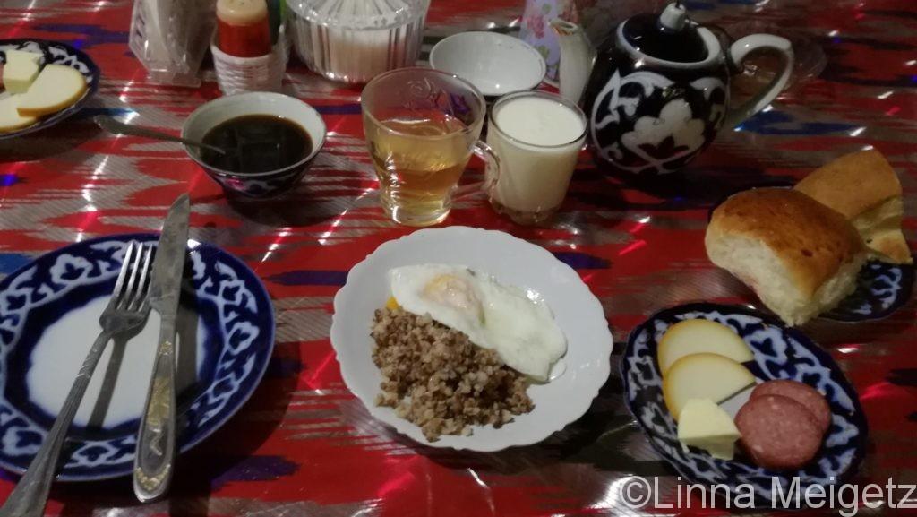 サマルカンドのゲストハウスでの最初の朝食