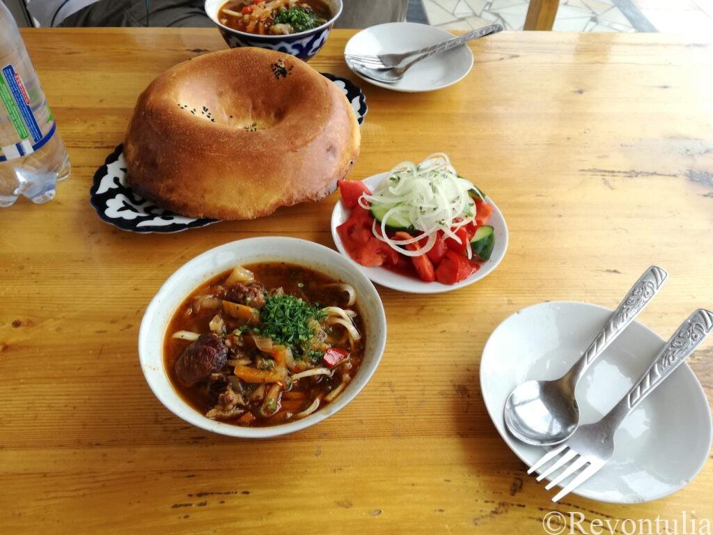 バザール近くのチャイハナでの昼食