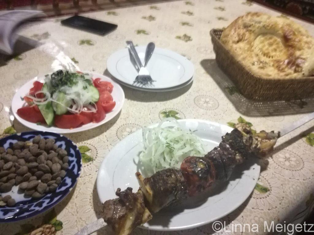 夕食。シャシリクとサラダとナン