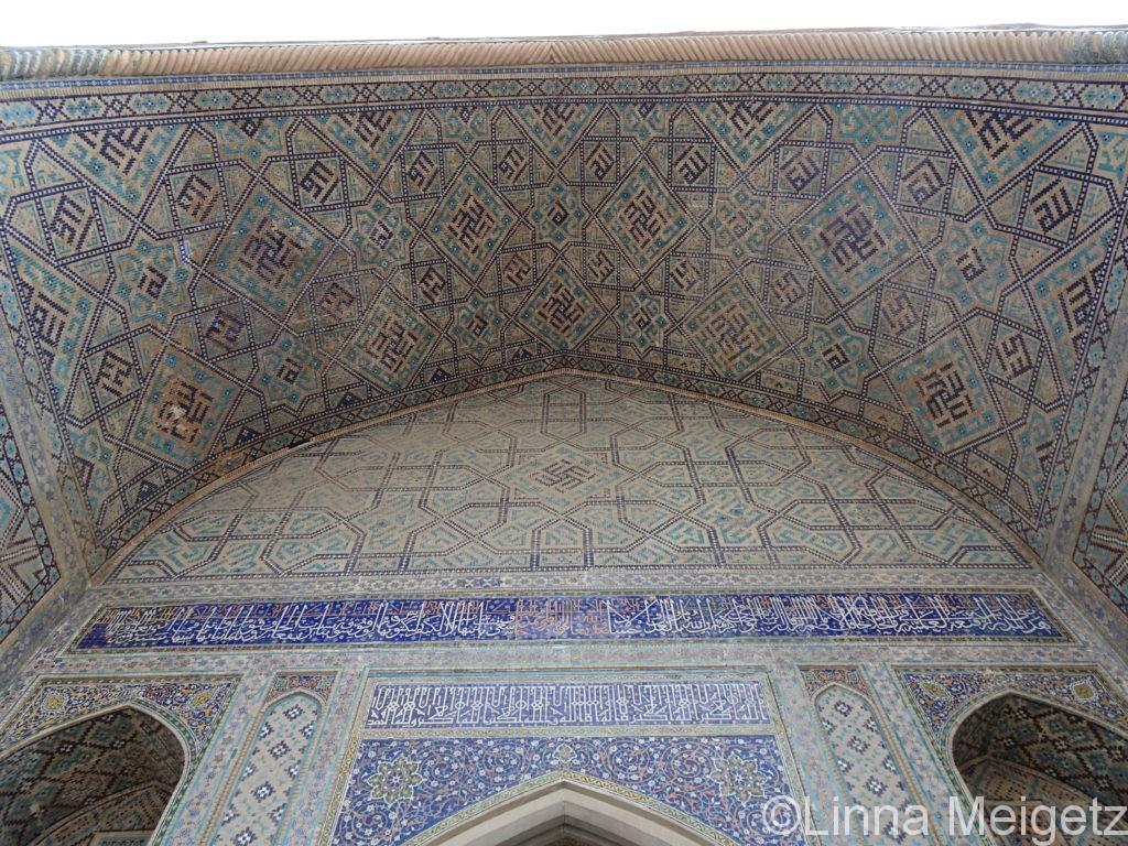 レギスタン広場、シェルダル・マドラサのファサードのアーチ構造と装飾