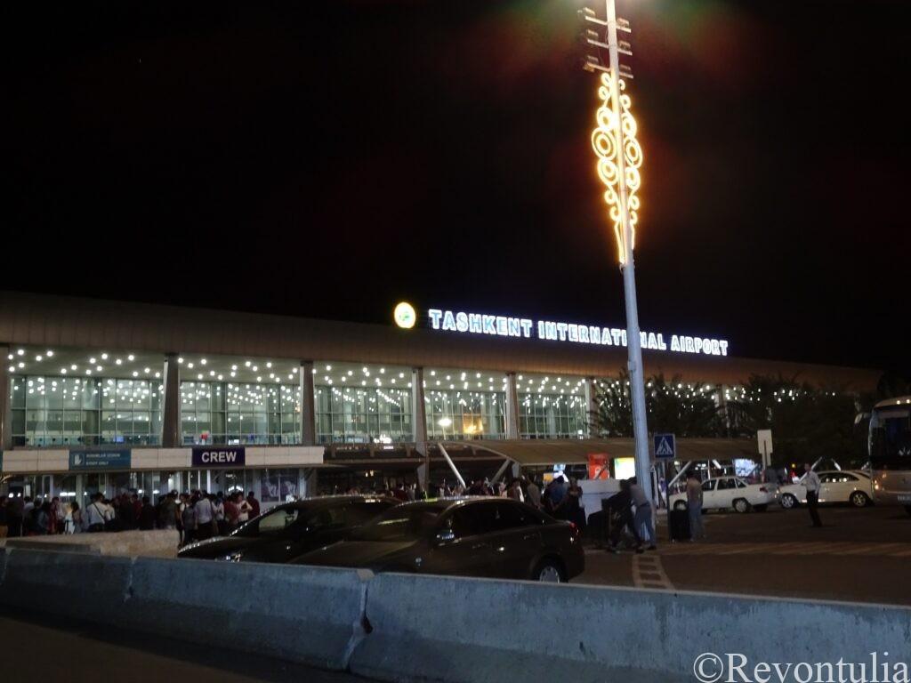 夜のタシケント空港