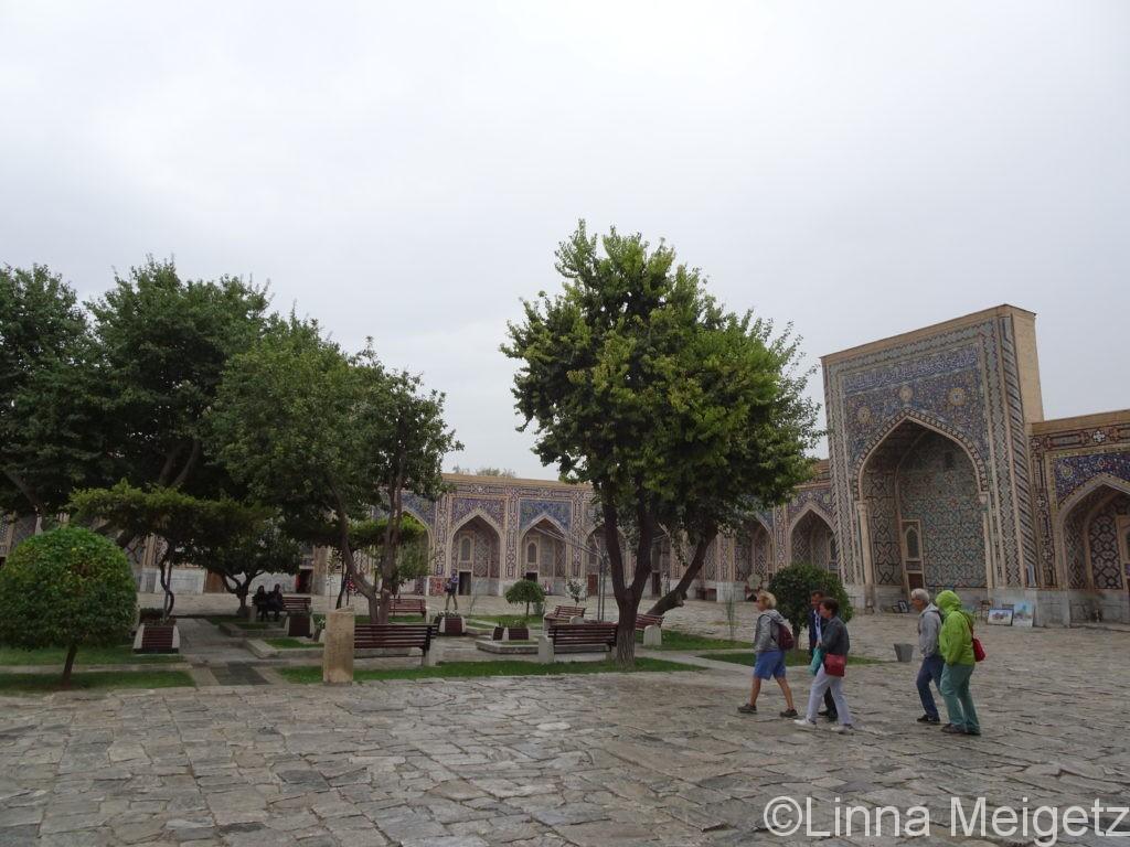 ティラカリ・マドラサの中庭