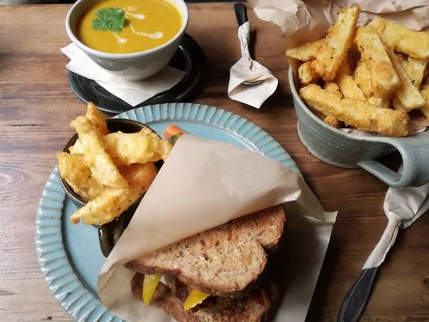 Beach Muffinのヴィーガンランチ。ベジバーガーとポテトとスープ