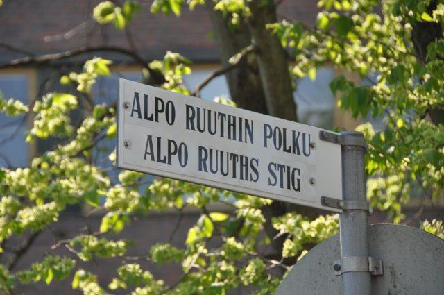 上にフィンランド語、下にスウェーデン語で書かれているフィンランドの道路標示
