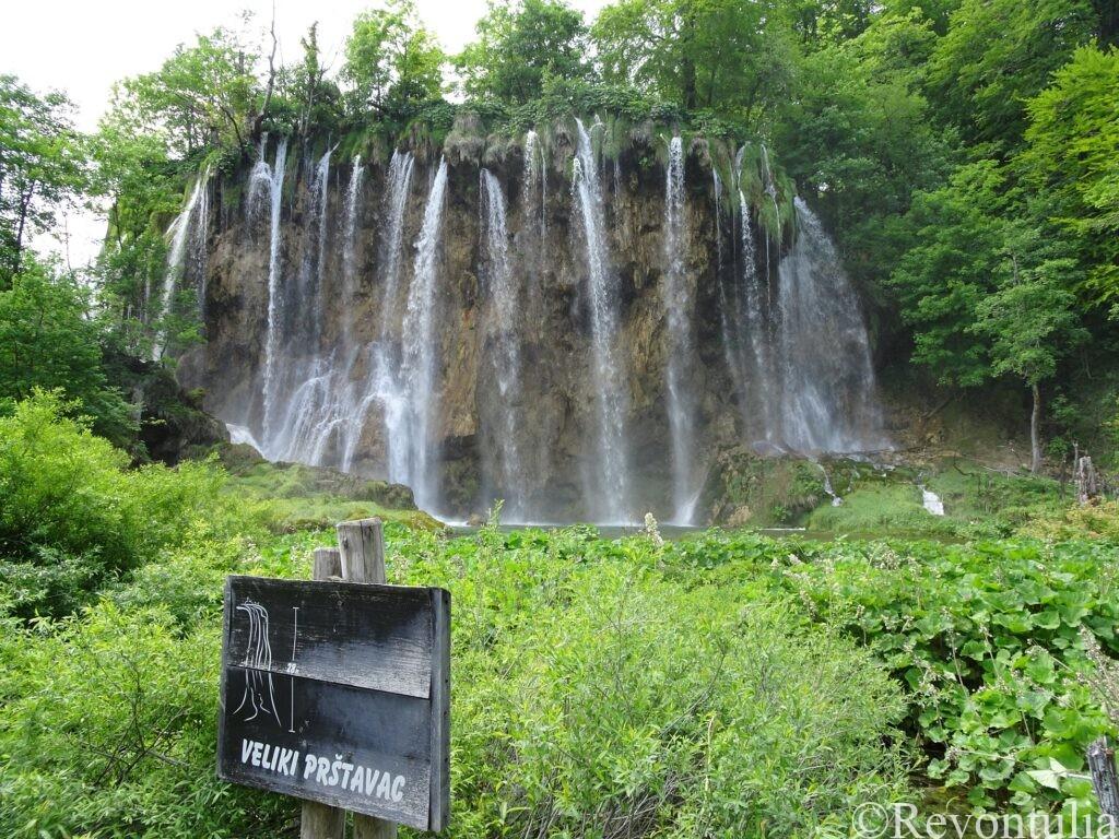 水が細かい線を描いて流れる滝Veliki Prstavac