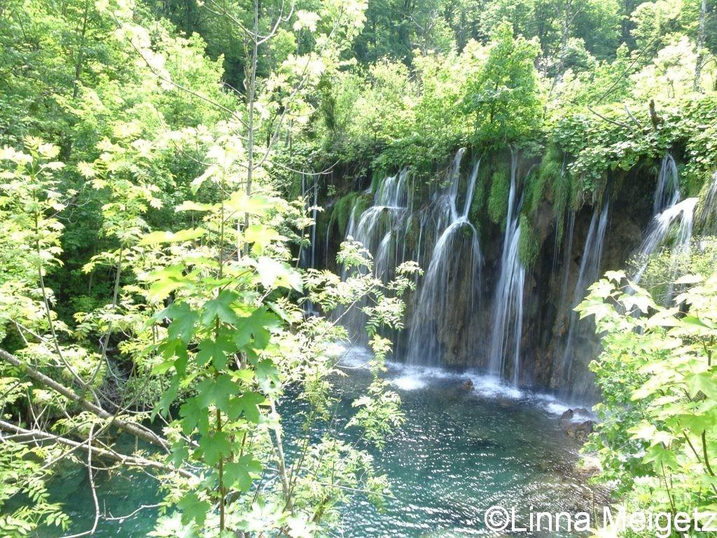水が細い線を描く小さな滝