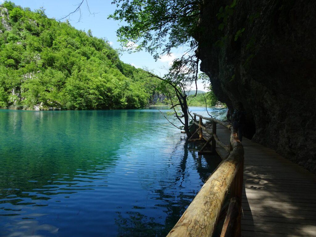 様々な青を見せる湖面