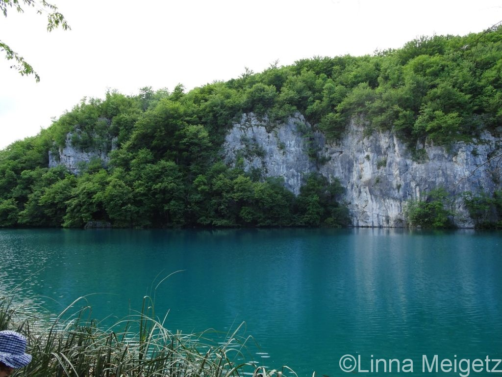切り立った崖とターコイズブルーの水面