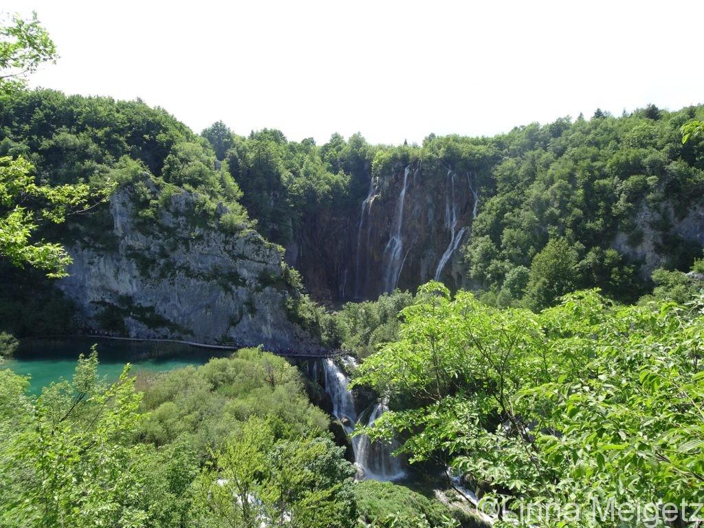 崖と新緑と湖