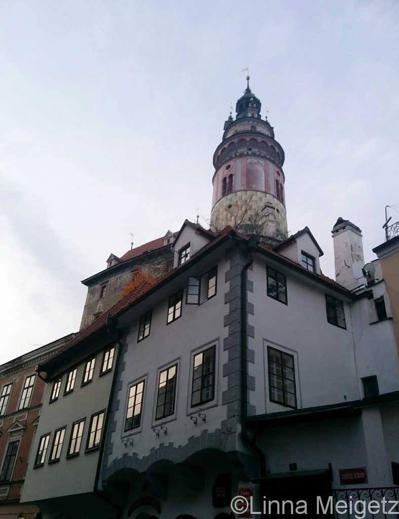 旧市街から見上げるチェスキー・クルムロフ城の塔