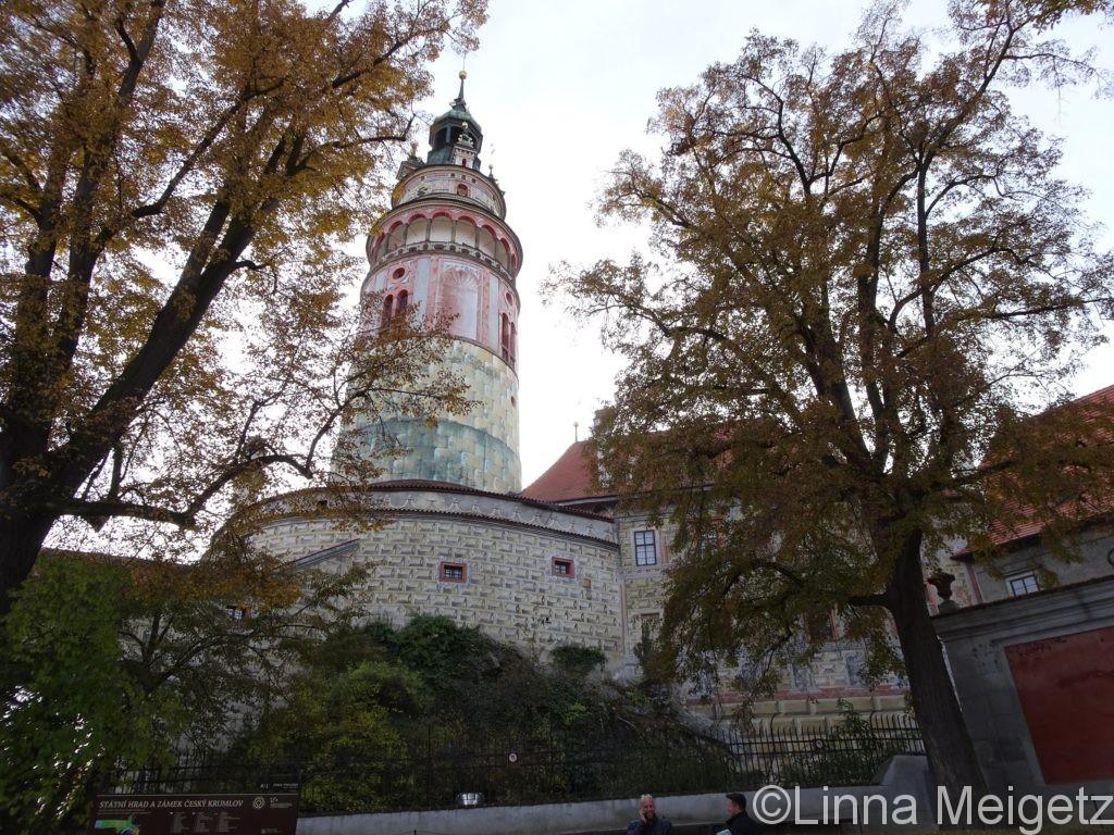 黄葉とチェスキー・クルムロフ城の塔