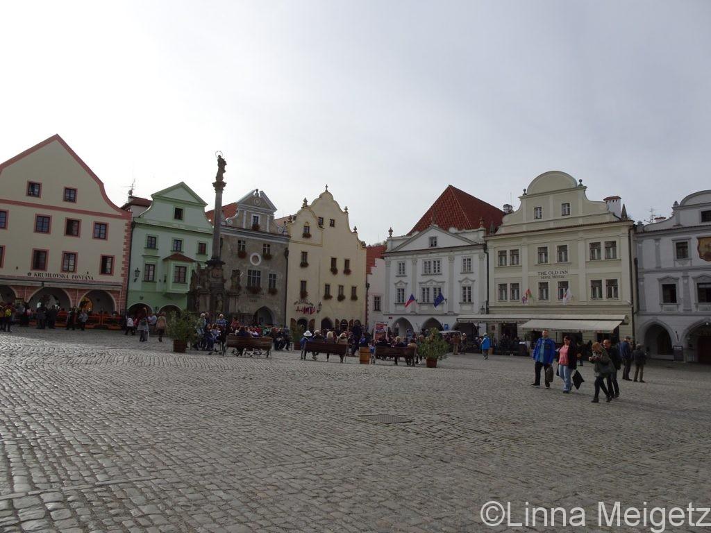 可愛い建物に囲まれた旧市街広場