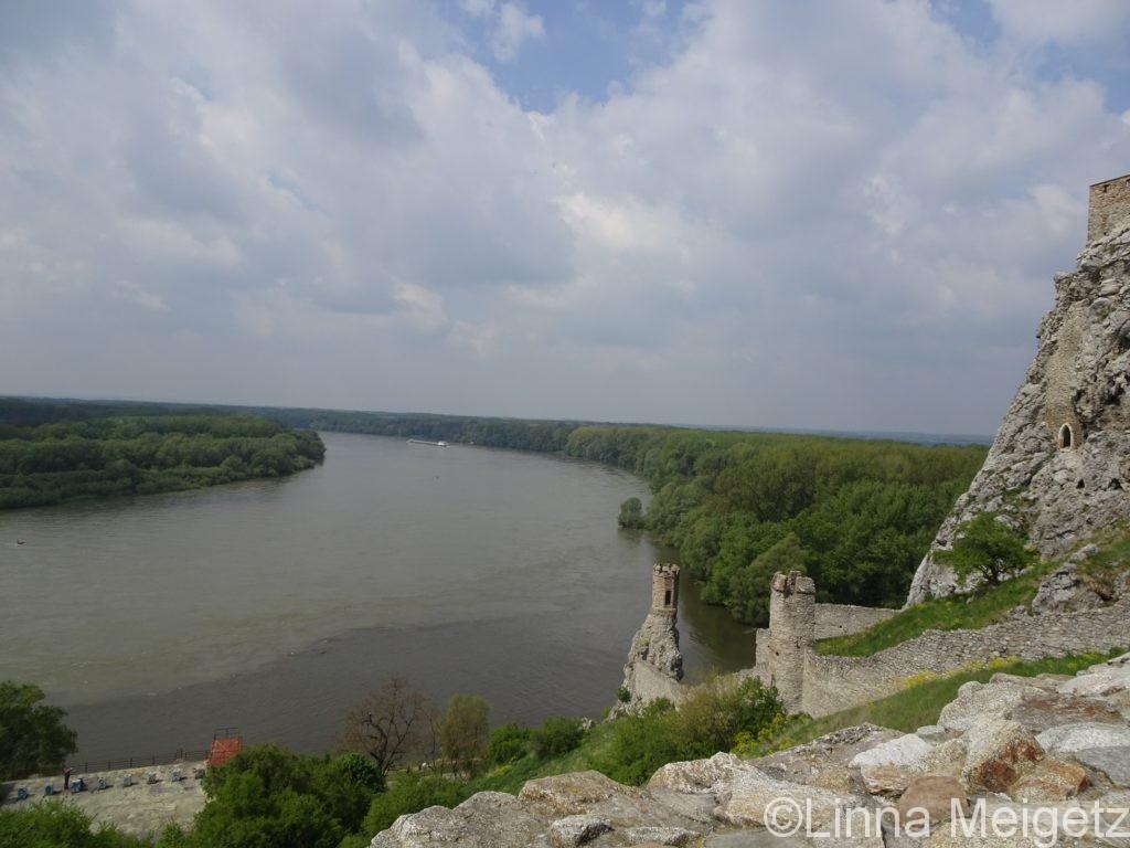 デヴィーン城の一部と、ドナウ川とモラヴァ川が合併しているところ