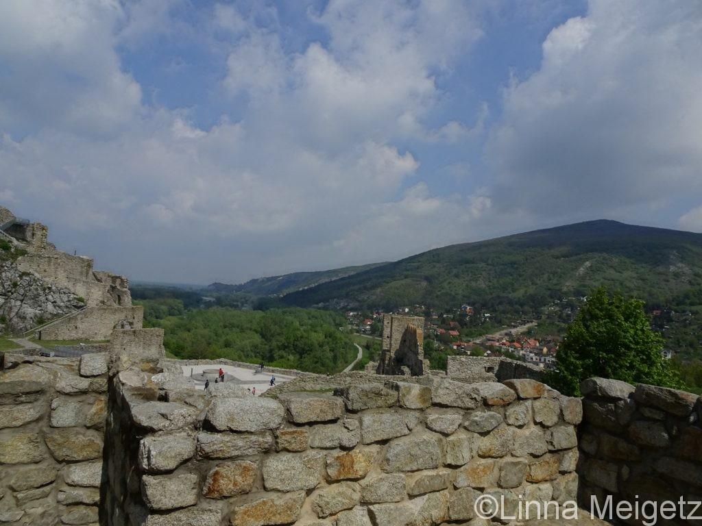 デヴィーン城の壁の一部と遠くにある緑豊かな山々