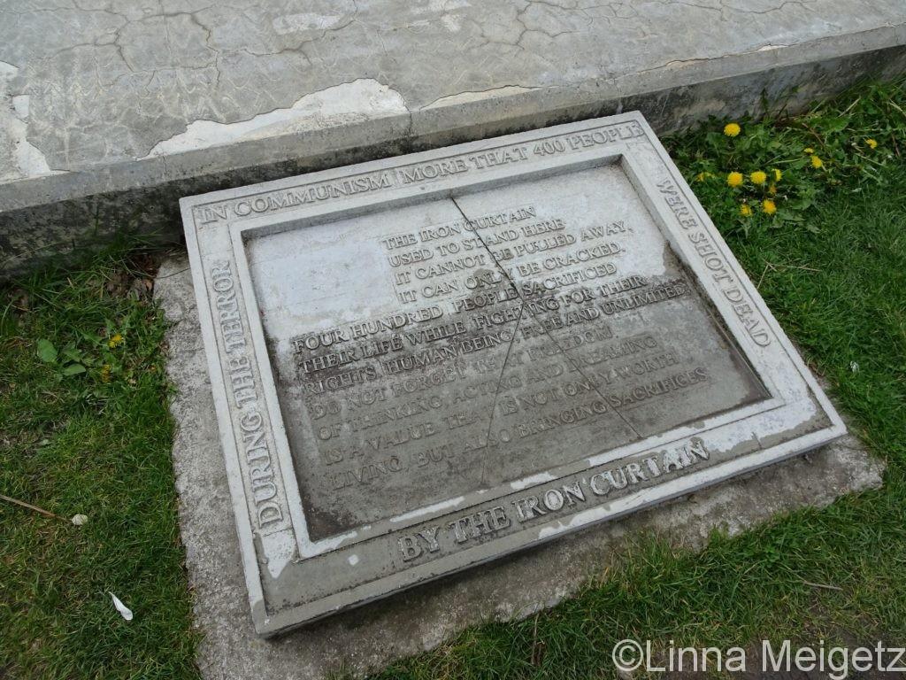 モニュメントの足許にある慰霊碑。英語で文章が書かれている