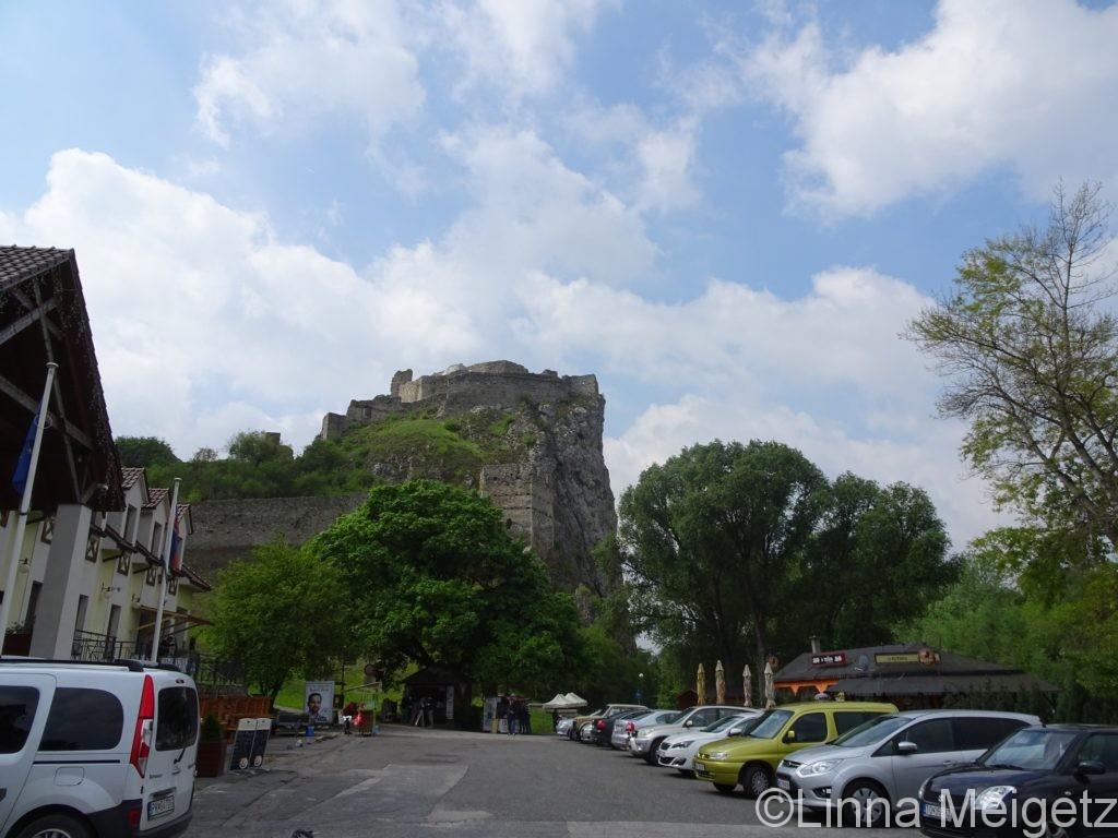 デヴィーン城の足もと。駐車場やレストランがある