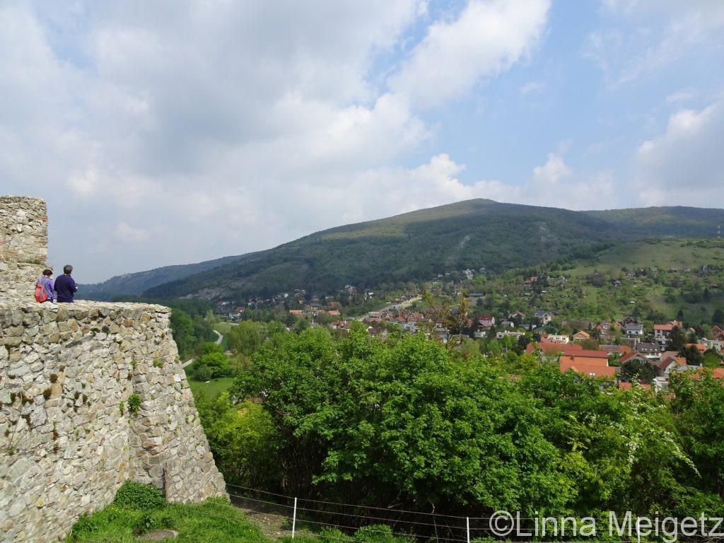 デヴィーン城の一部と麓の町デヴィーンの遠景