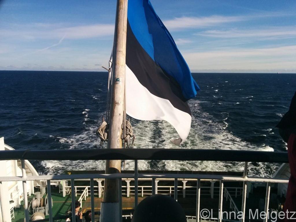 フェリーの上ではためくエストニア国旗