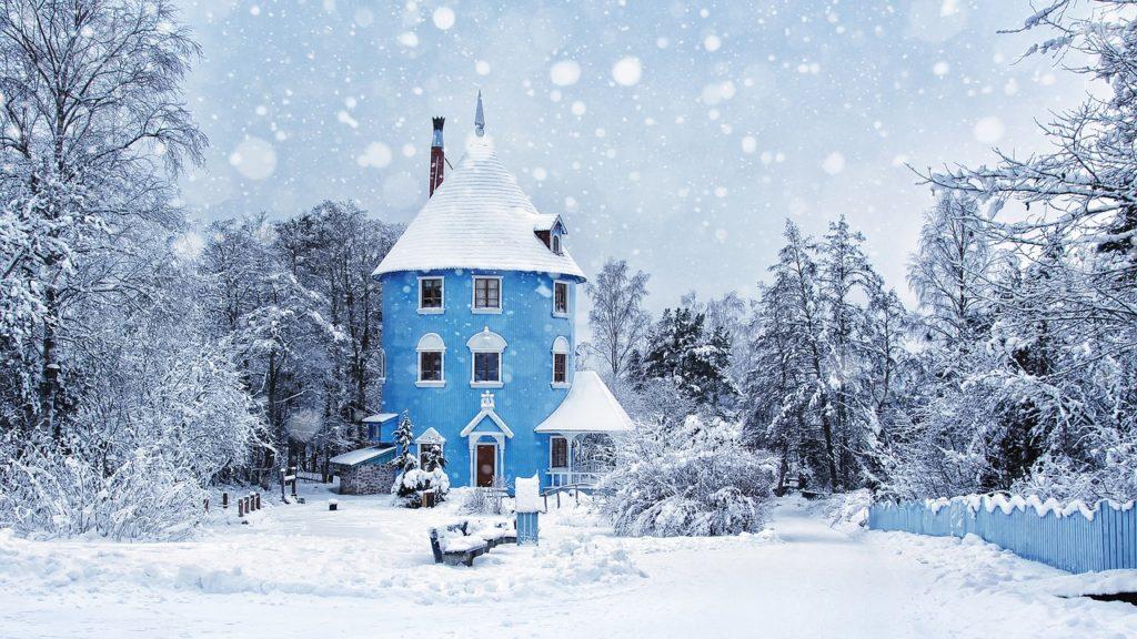 雪のちらつくムーミンの家