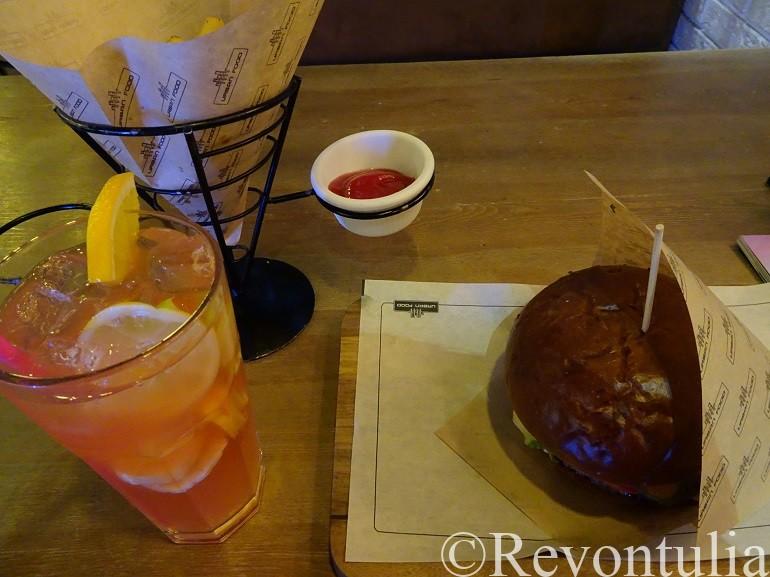 タシケントのハンバーガーとアイスティーとポテトの写真