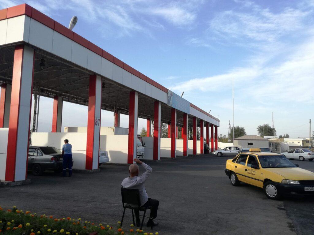 ウズベキスタンのジザフにあるガソリンスタンド