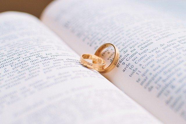 本に挟まった指輪(フィンランド語でsormus)の写真