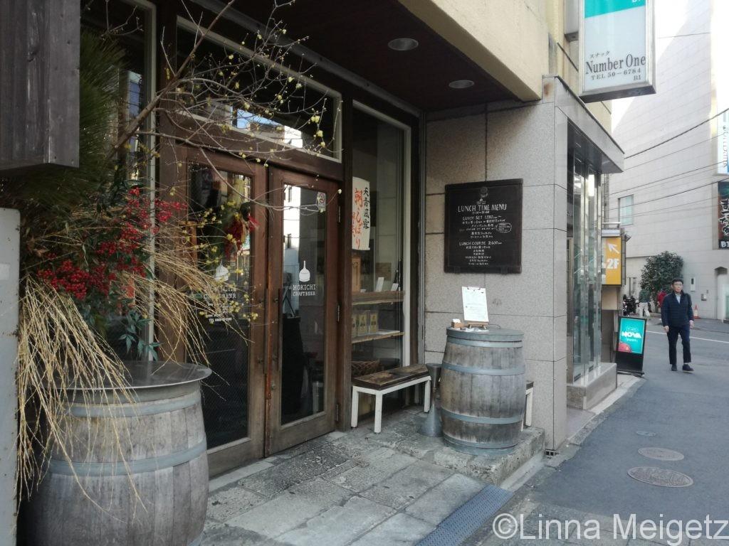 MOKICHI CRAFT BEERの入り口。新年仕様
