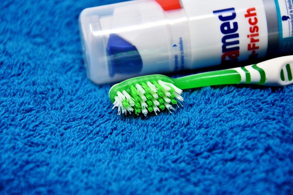 歯ブラシと歯磨き粉の写真