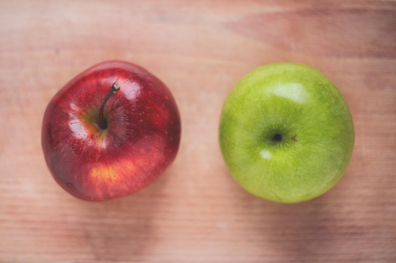 赤リンゴと青リンゴの写真