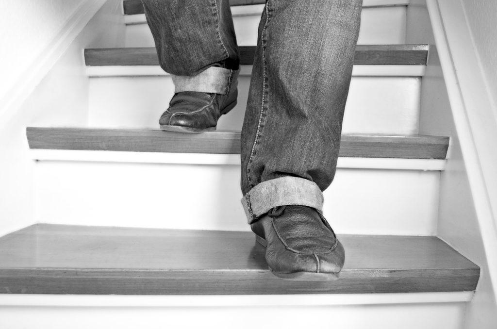 階段を下りている人の写真