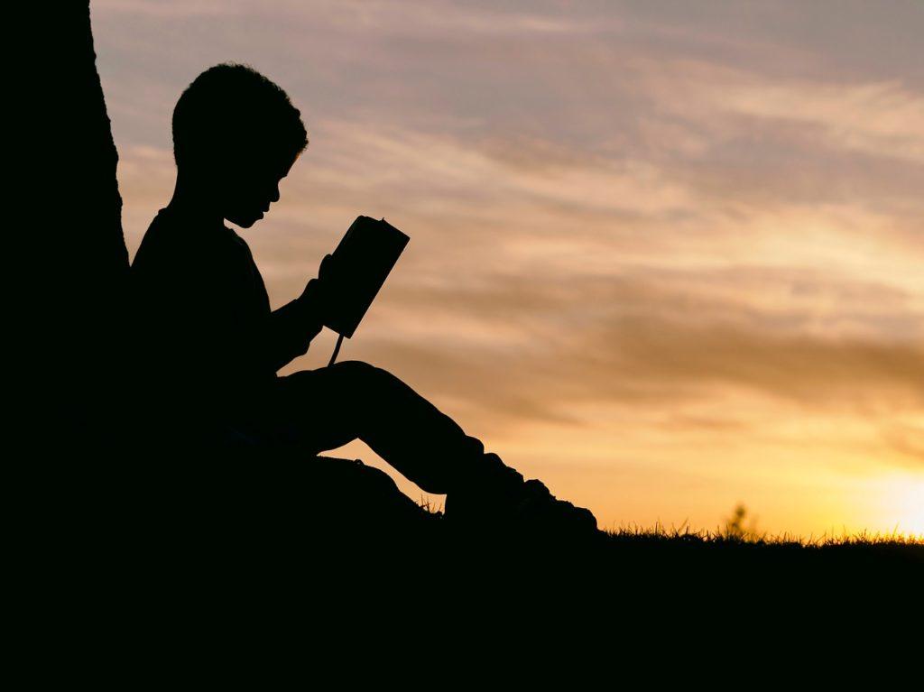 本を読んでいる男の子の写真