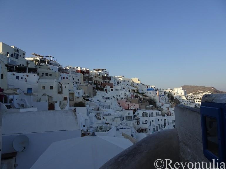 崖の上のサントリーニ島の市街