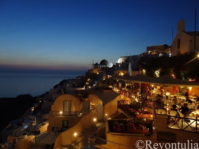 サントリーニ島の夜のイア市街