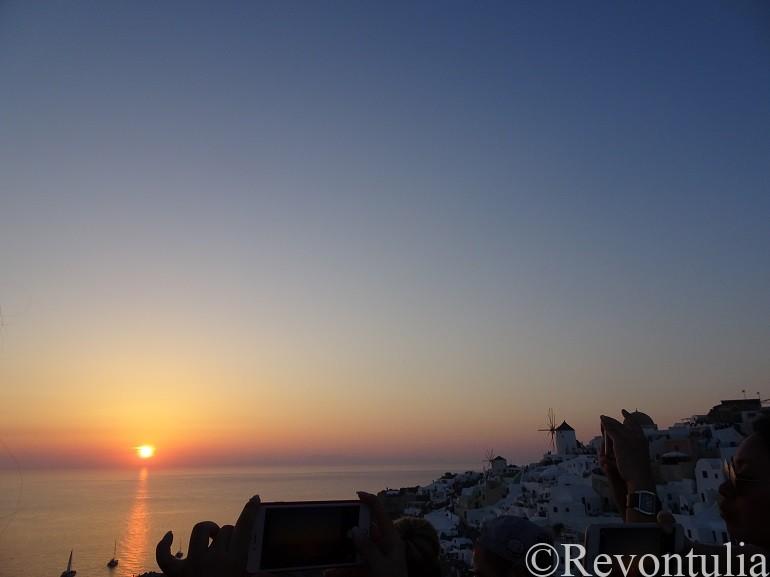 サントリーニ島から見た夕焼けとイア市街