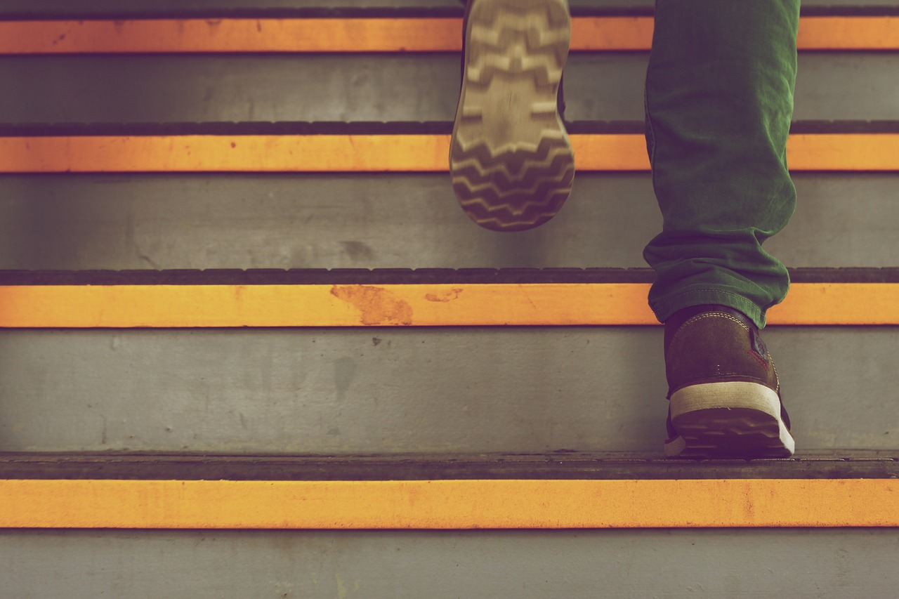 階段を上っている人の写真