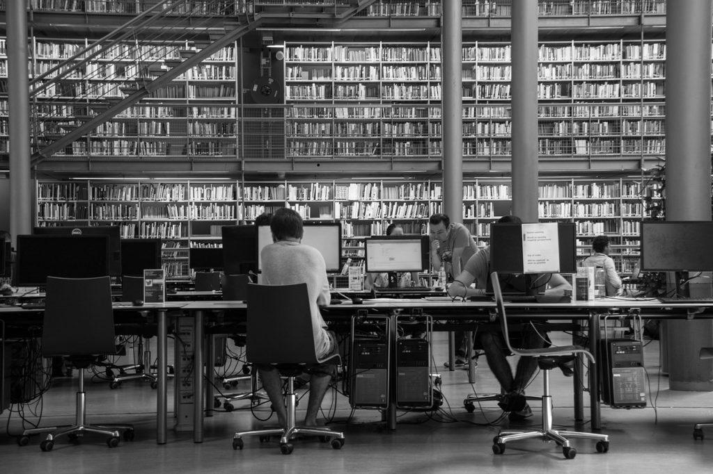 図書館で作業する人たち