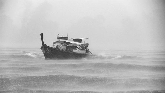 大雨の中の船の写真