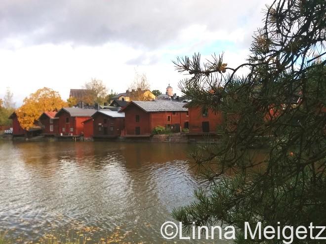 ポルヴォー川沿いの赤い倉庫群